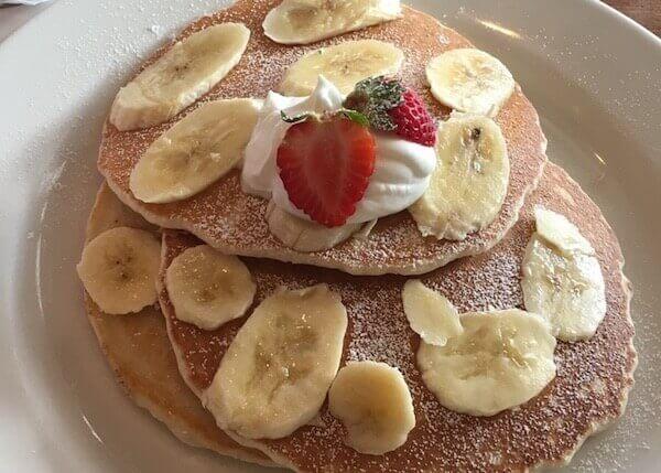 フレッシュバナナのバターミルクパンケーキ