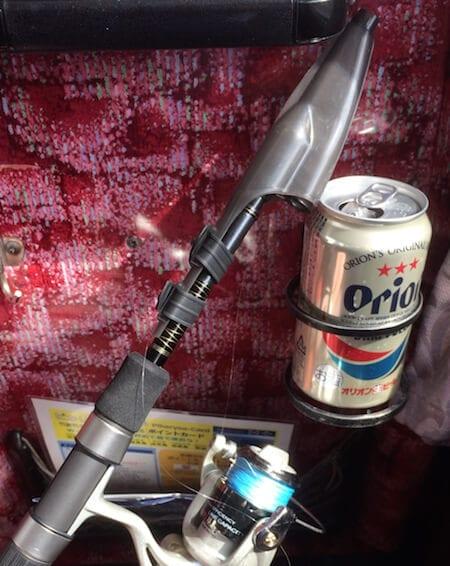 バスの車内で釣り準備